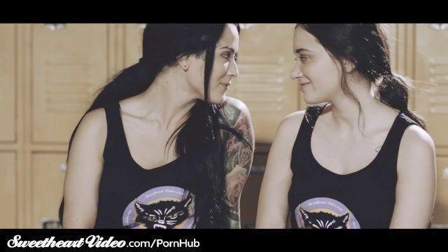 Schatz lesbischer 3Weg im Umkleideraum nach Roller Derby Praxis