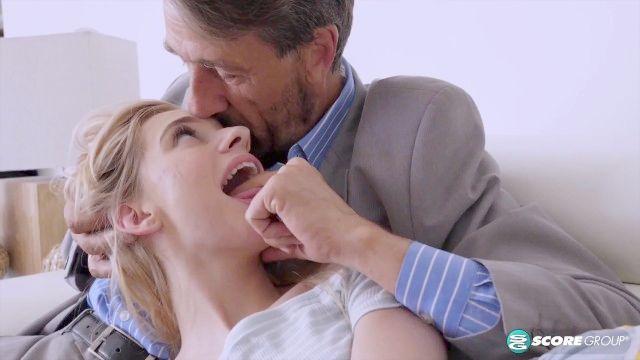 winzige Teen Tochter mag ältere Männer
