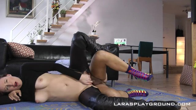 Lara Latex - Wetlook Leggings Ripping