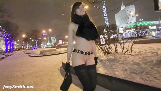 Jeny Smith Desnudo En La Nieve Caída Caminar Por La Ciudad