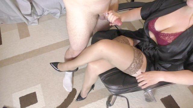 молодой школьница с большими сиськами мастурбирует на ее черные колготки
