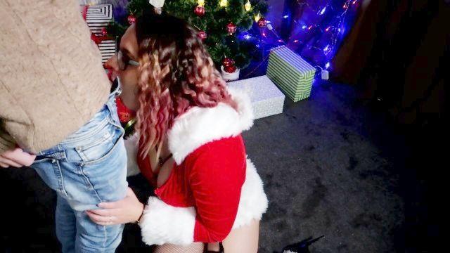 Рождественский подарок для нее является членом и сперма на лице