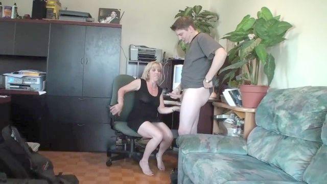 зрелые миниатюрная блондинка сосет и глотает ее молодой boytoy