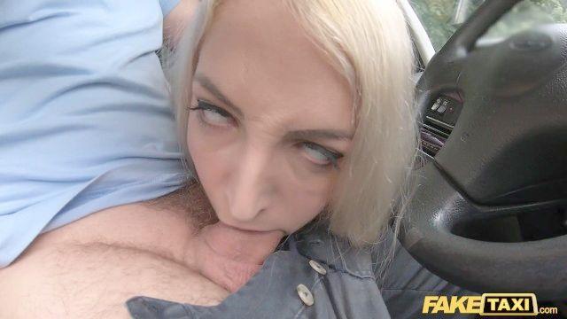 поддельные такси миниатюрная блондинка Liz радуги кулак и трахал