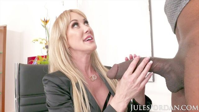 Jules Jordan Amor Brandi Ofrece Una Póliza De Seguro Para Dredd