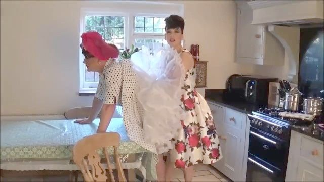 Domme с ее Сисси домохозяйки