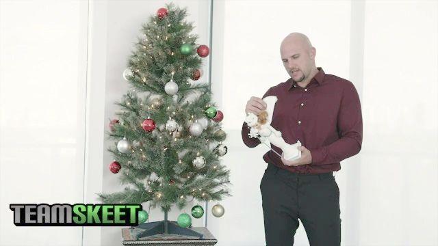 exxxtrasmall грудастой миниатюрная подросток получает большой член лица на Рождество