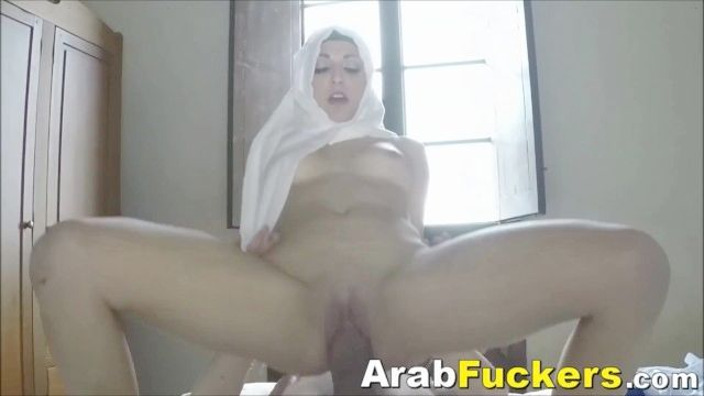Arab Hijab Lover Pays For Motel Room With Her Mouth