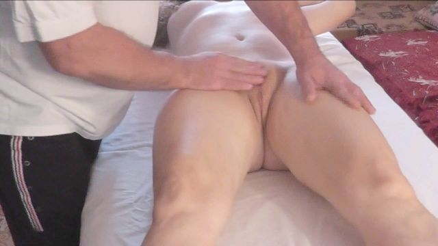 массажист делает массаж Красивая брюнетка стимулирует соски и влажный оргазм